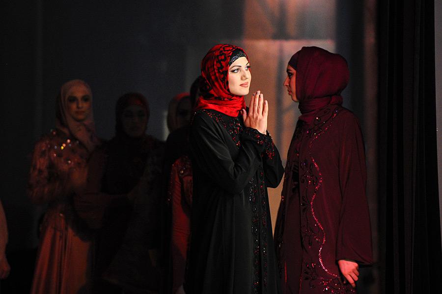 мусульманки-модели ждут своей очереди на показе