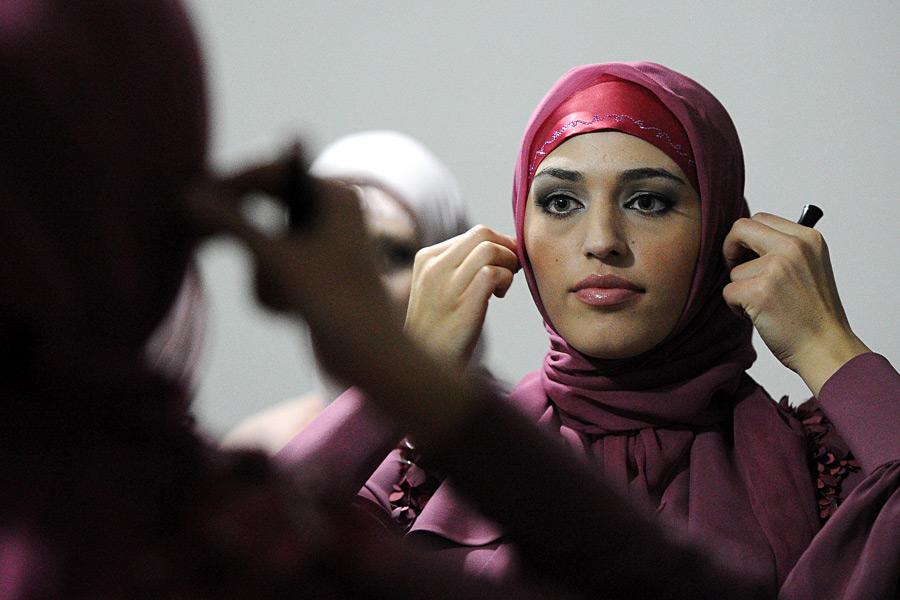 мусульманка красится перед выходом на подиум