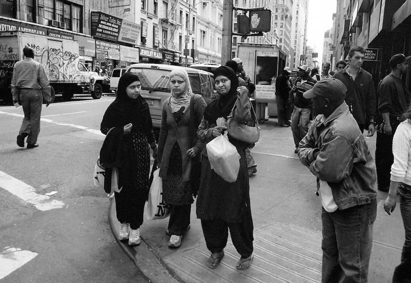 Мусульманки в брюках на улице