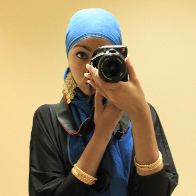 хиджаби фотографирует себя в зеркало