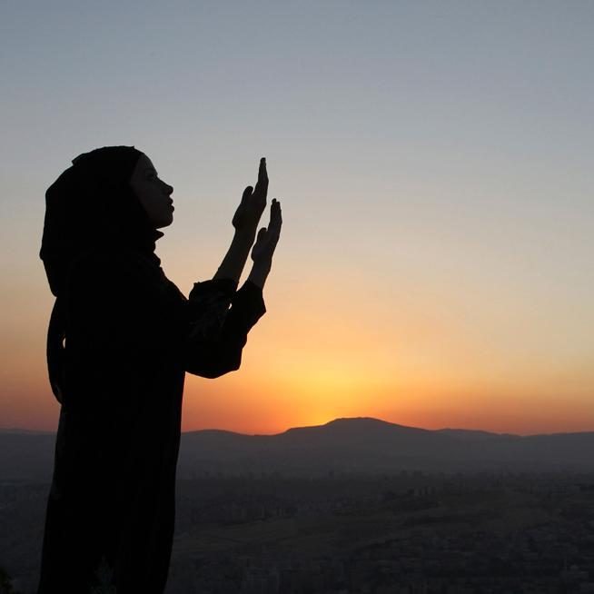 аватарка мусульманки которая молится Аллаху