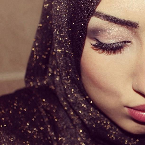 лицо мусульманки опустила глаза