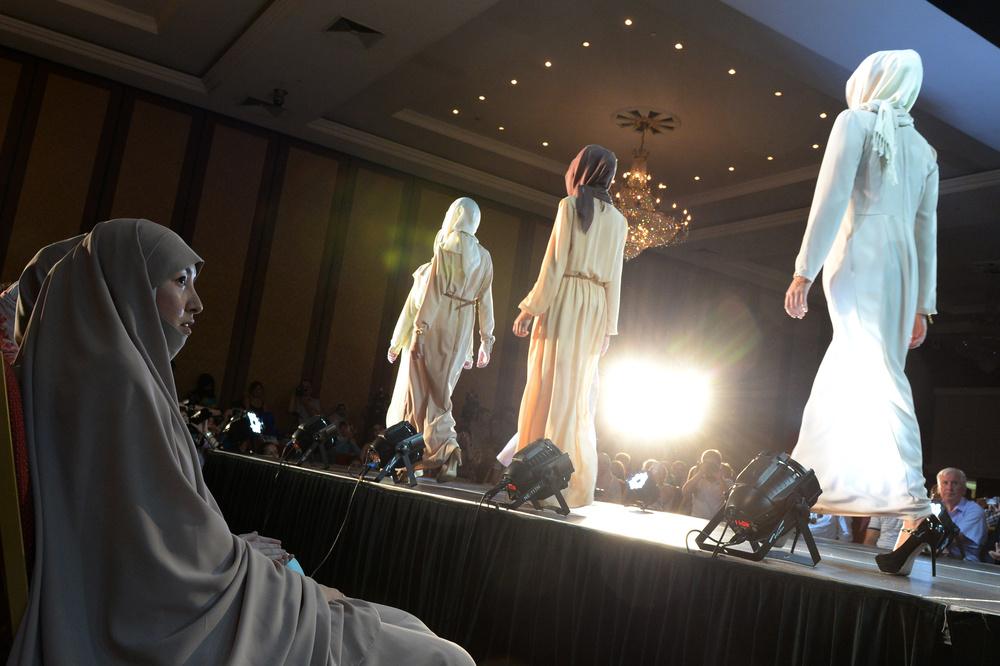 мусульманки наблюдают за исламским показом одежды