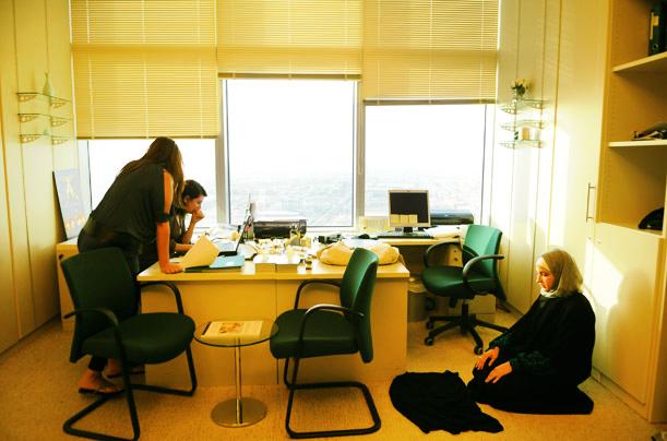 Мусульманка делает намаз в офисе на работе