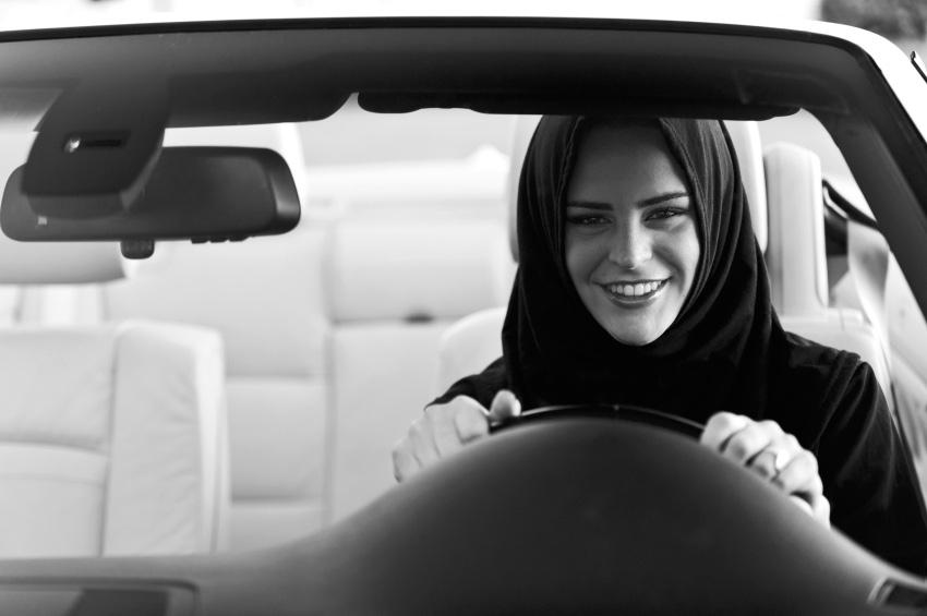 Мусульманка в хиджабе за рулем