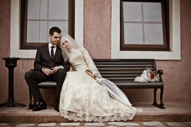 жених и невеста на исламской свадьбе сидят на скамейке