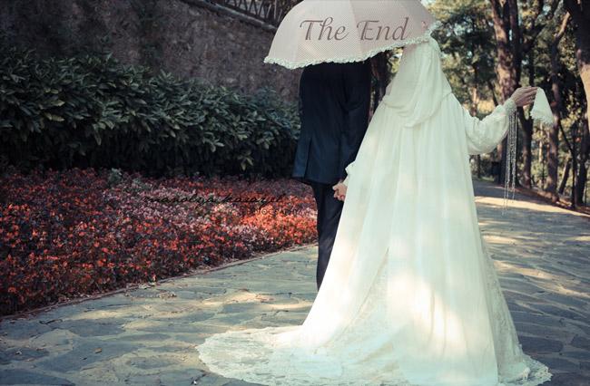 жених и невеста под зонтиком